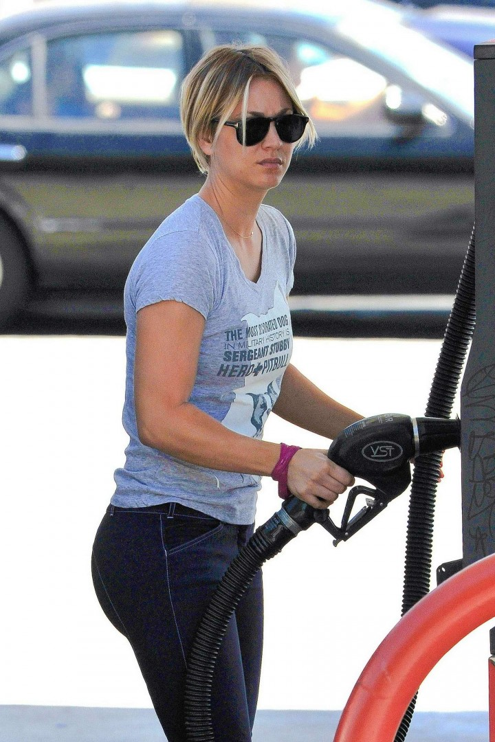 Kaley Cuoco – Pumping gas at a station in LA