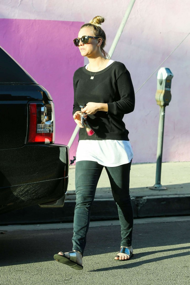 Kaley Cuoco in Tight Jeans -17