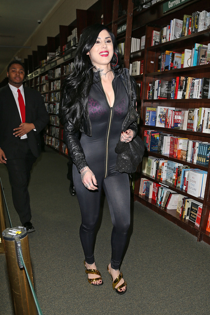 Kat-Von-D-at-Barnes-and-Noble-book-store