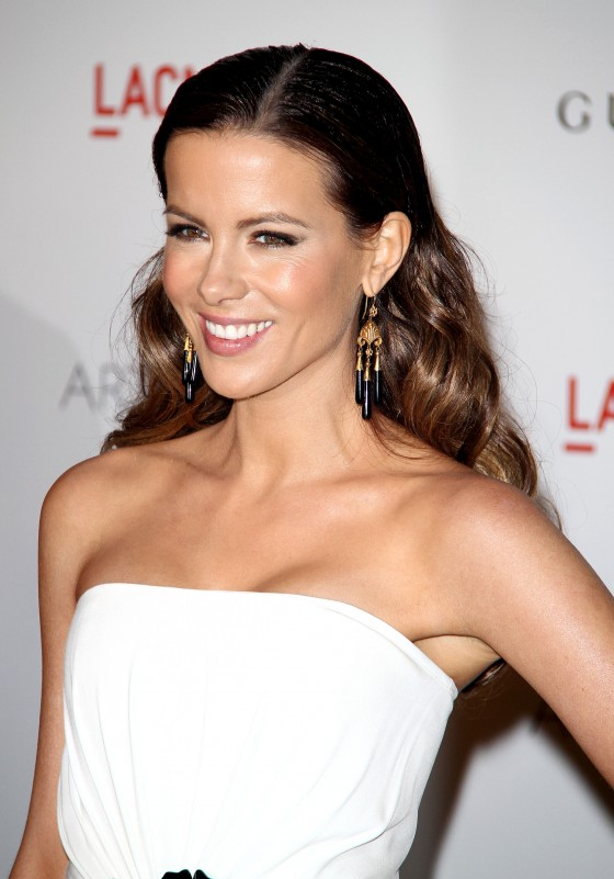 Kate Beckinsale Hot in White Dress at LACMA Gala in Los Angeles-03