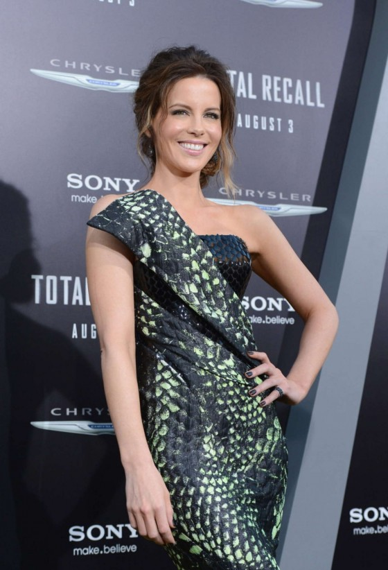 kate-beckinsale-at-total-recall-premiere-in-hollywood-04