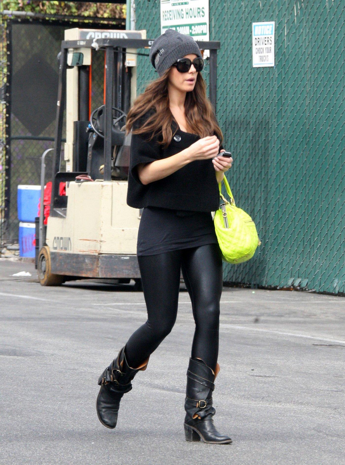 Shiny leggings candid Kate Beckinsale – Leggings Candids – Oct 2010