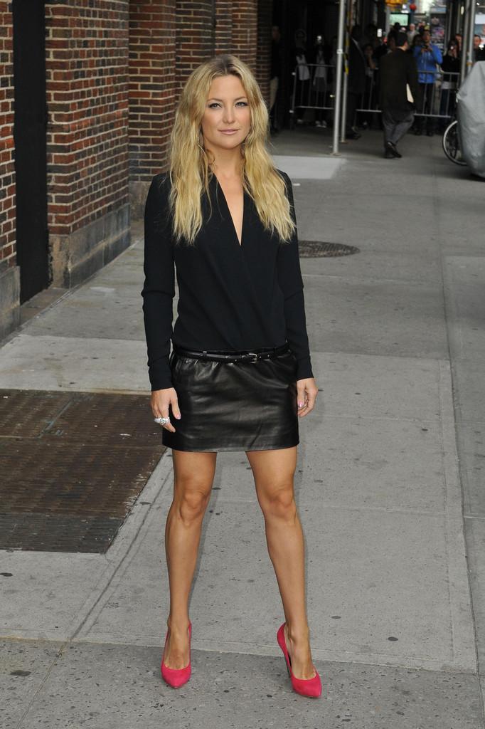 kate hudson in black leather mini skirt 02 gotceleb