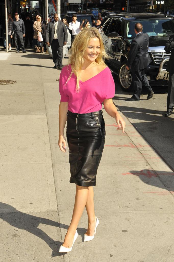 kate hudson in black leather mini skirt 18 gotceleb