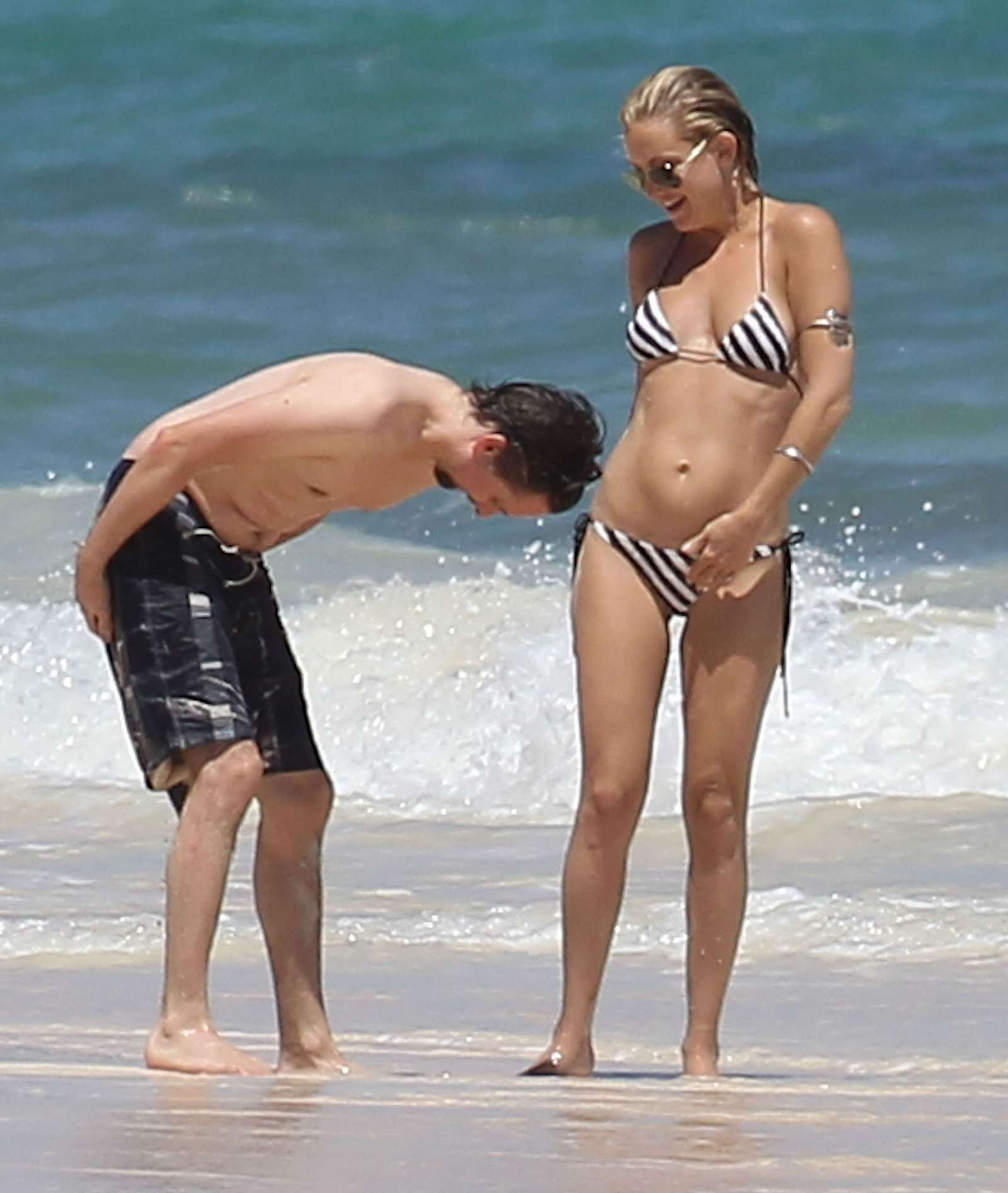 Kate Hudson – Bikini in Mexico-05