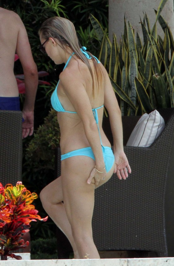 Kate Hudson - Wearing a bikini at a pool in Miami