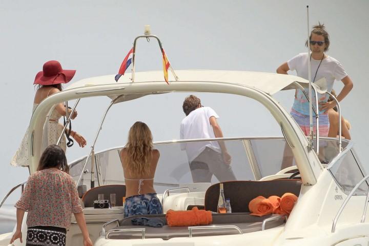 Kate Hudson in White Bikini -09