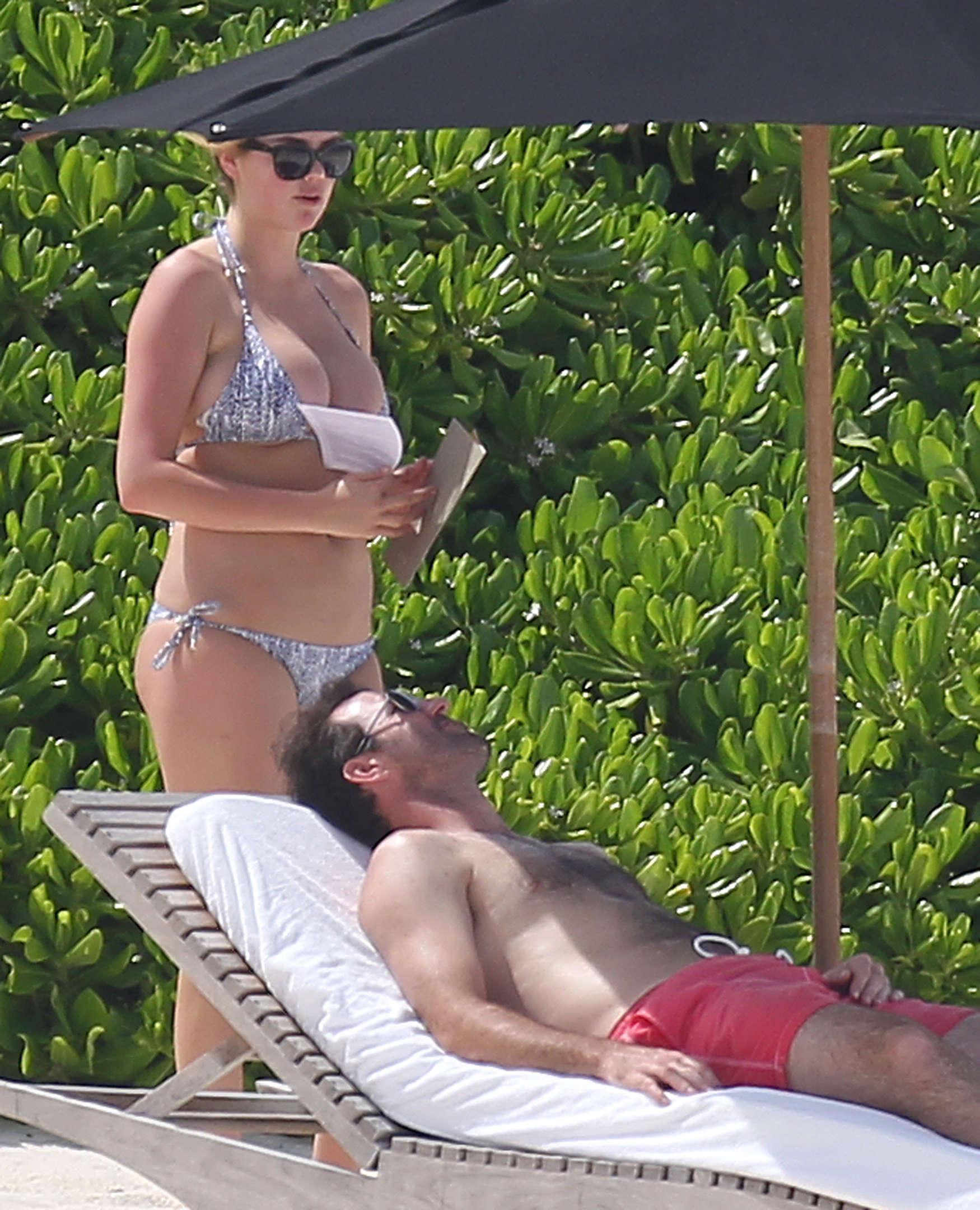 Kate-Upton-bikini:-Mexico-2014-05.jpg