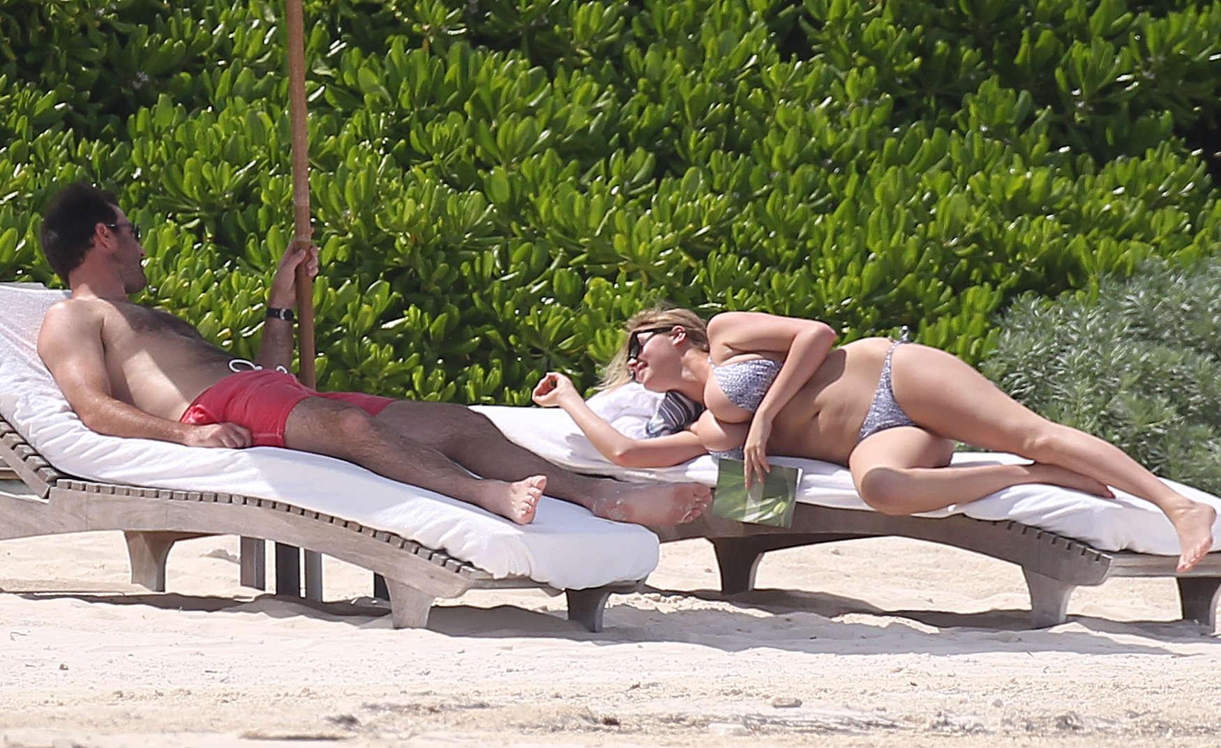 Kate-Upton-bikini:-Mexico-2014-08.jpg