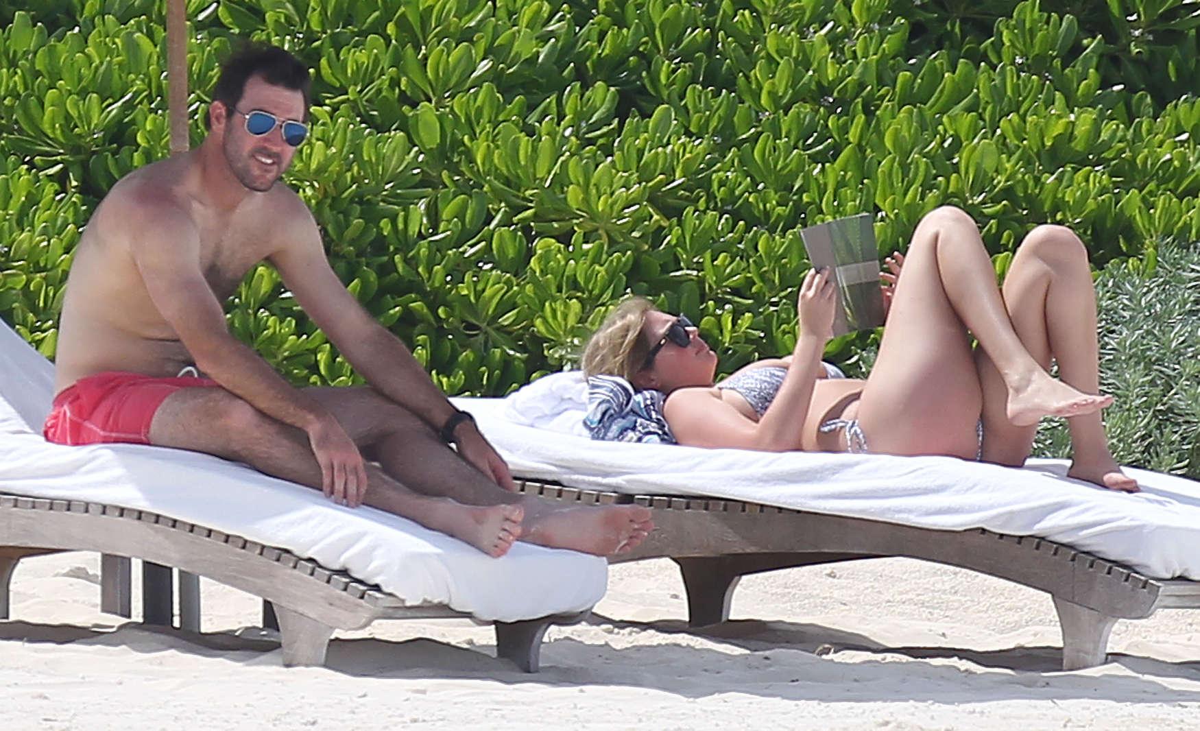 Kate-Upton-bikini:-Mexico-2014-22.jpg