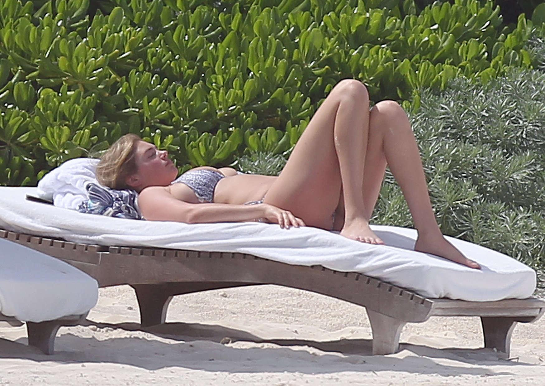 Kate-Upton-bikini:-Mexico-2014-27.jpg