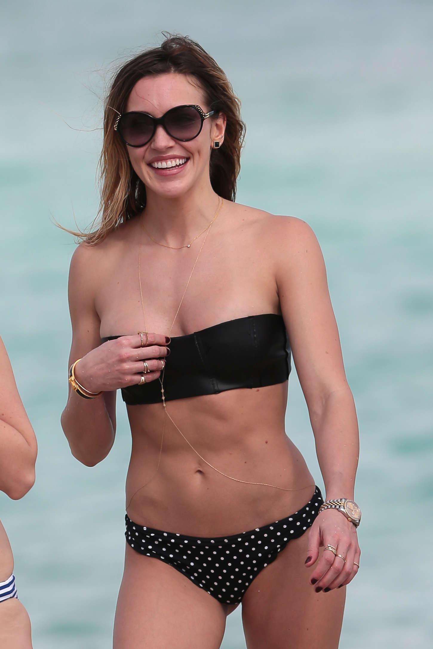 Katie curic en bikini