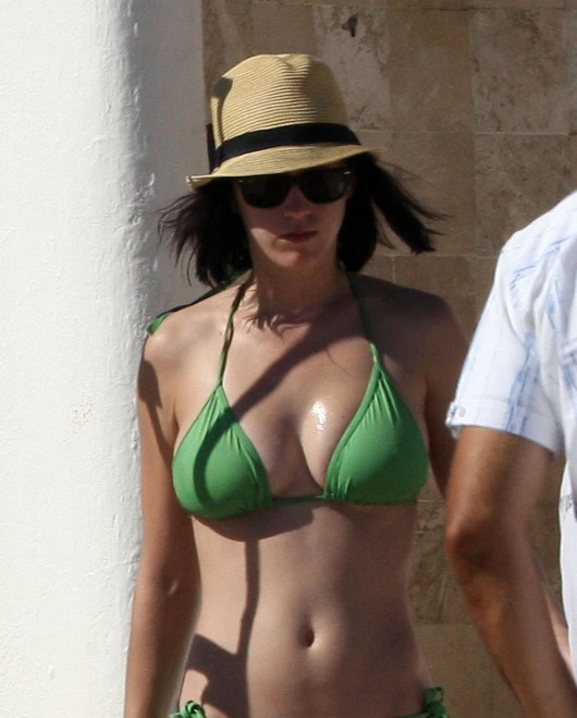 katy-perry-bikini-pictures-in-mexico-14