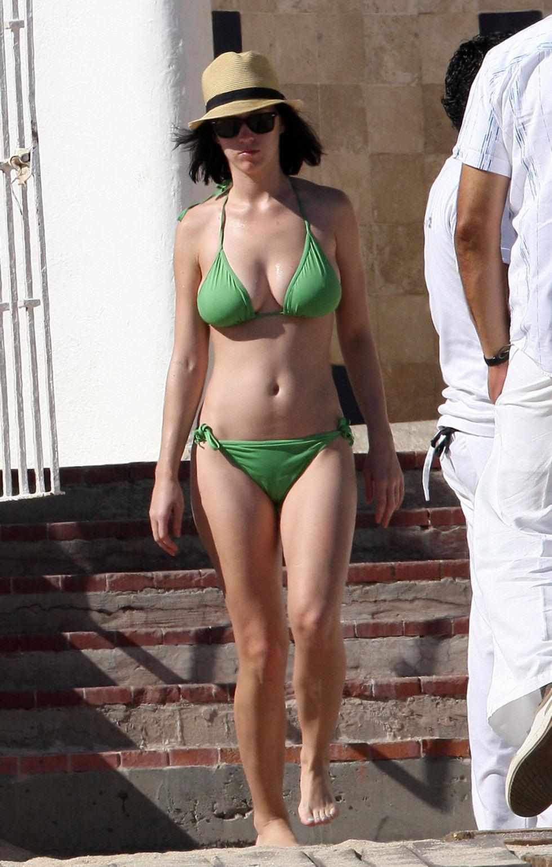 Amateur girls posing bikini