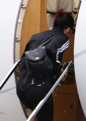 Katy Perry in Tighjt Leginngs  Leaves Sydney in Private Jet