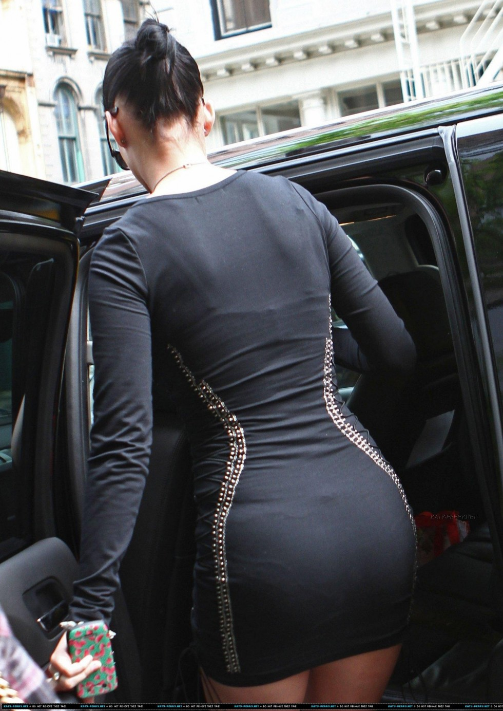 Katy Perry 2010 : katy-perry-leggy-in-black-dress-04
