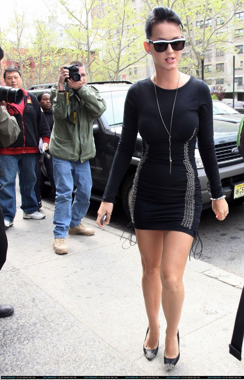 Katy Perry 2010 : katy-perry-leggy-in-black-dress-05