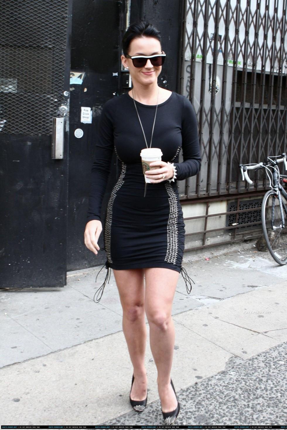 Katy Perry 2010 : katy-perry-leggy-in-black-dress-07