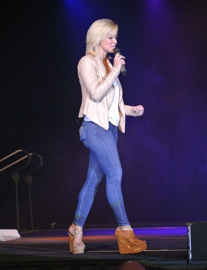 Kellie Pickler - Performs at Golden Nugget Hotel & Casino in Las Vegas