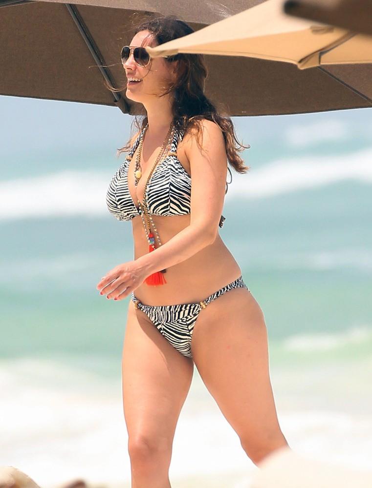 Kelly Brook Shows Bikini body in Greece -06 - GotCeleb