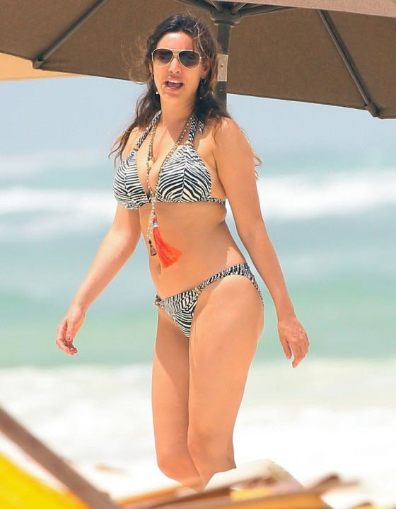Kelly Brook Shows Bikini body in Greece -08