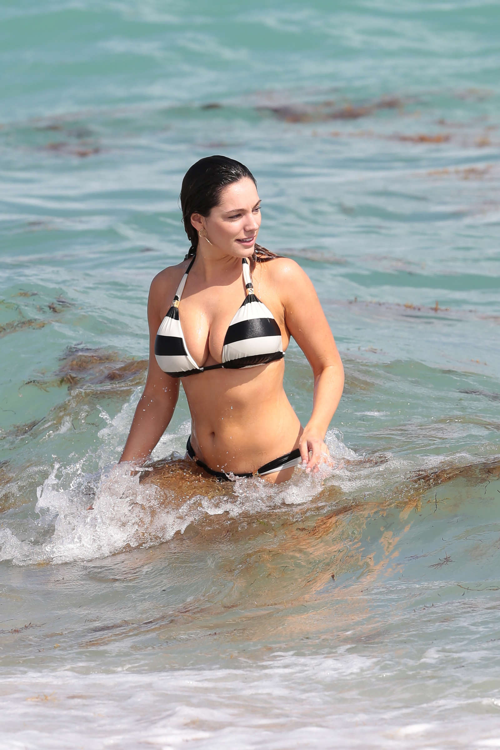 Kelly Brook in Patterned Bikini on the beach in Thailand Pic 2 of 35