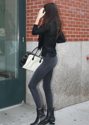 Kendall Jenner in Tight Jeans Returns to her apartment in New York