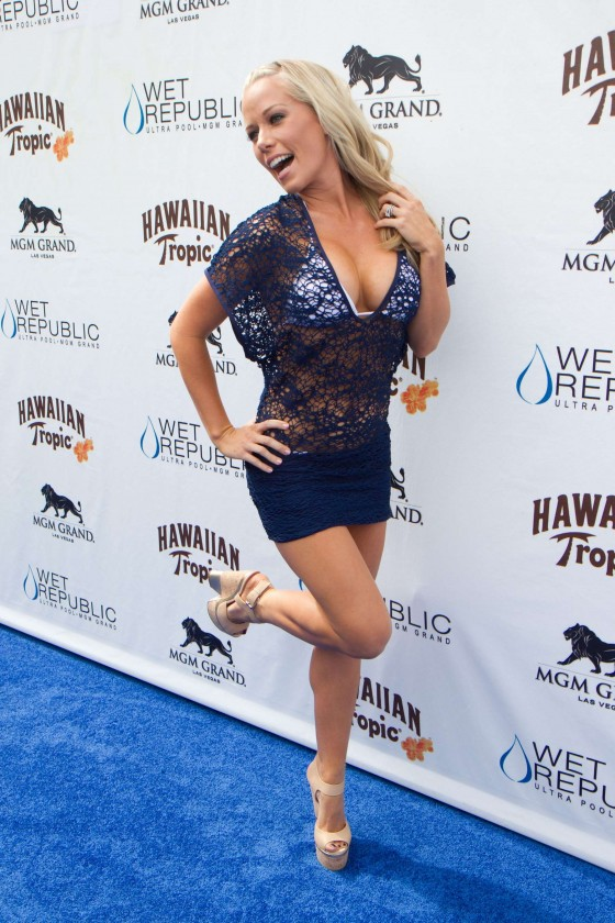 Kendra Wilkinson – Party at The Pool-09