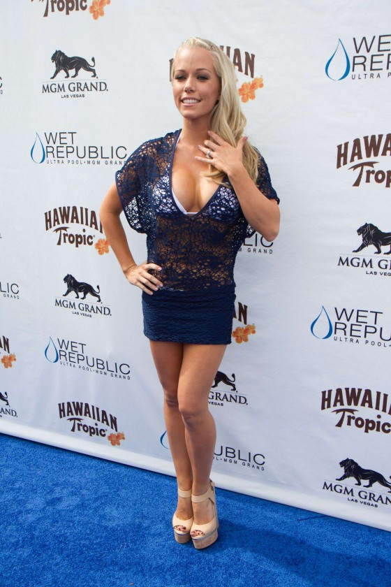 Kendra Wilkinson – Party at The Pool-20