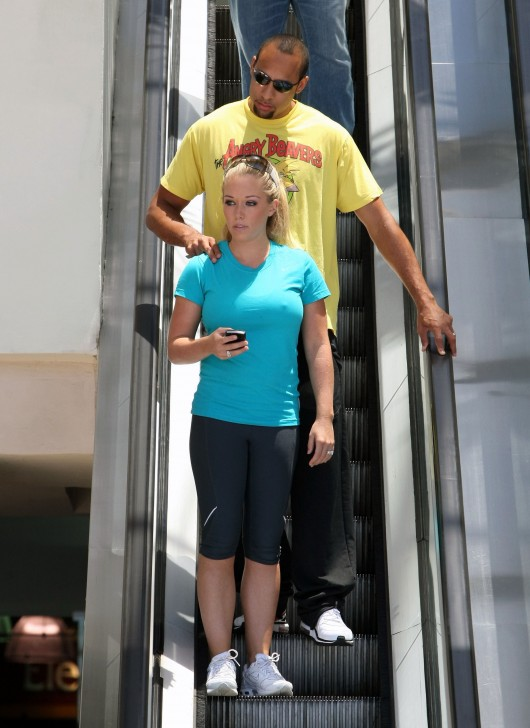 kendra-wilkinson-stretch-pants-working-out-in-la-04