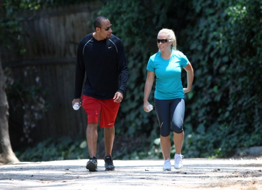kendra-wilkinson-stretch-pants-working-out-in-la-07