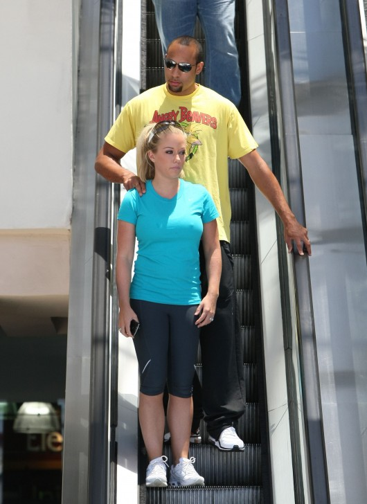 kendra-wilkinson-stretch-pants-working-out-in-la-09