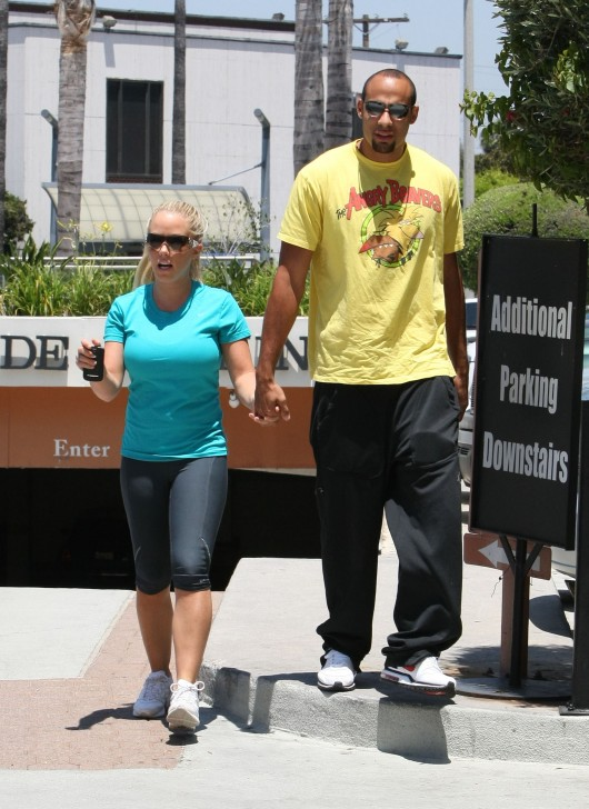 kendra-wilkinson-stretch-pants-working-out-in-la-12