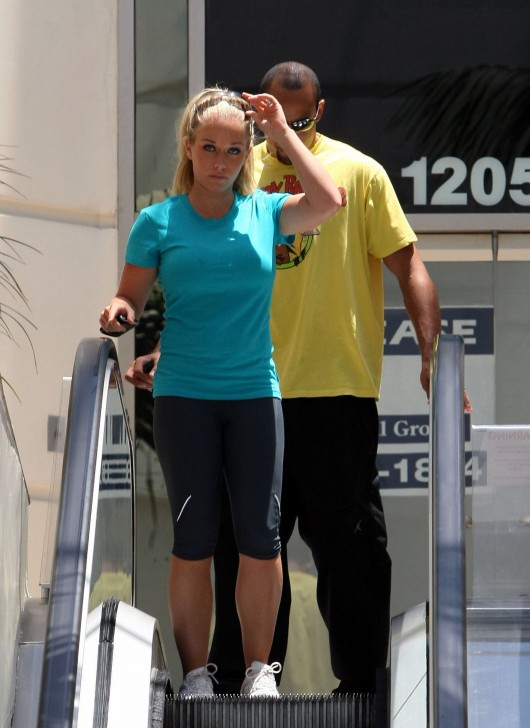 kendra-wilkinson-stretch-pants-working-out-in-la-13