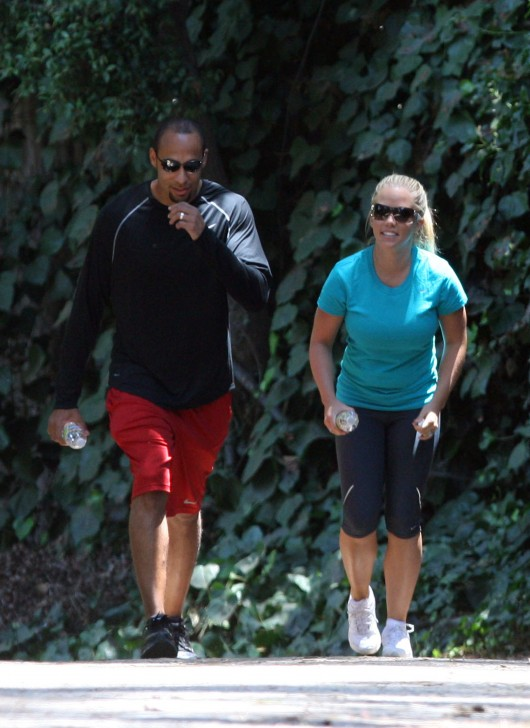 kendra-wilkinson-stretch-pants-working-out-in-la-22