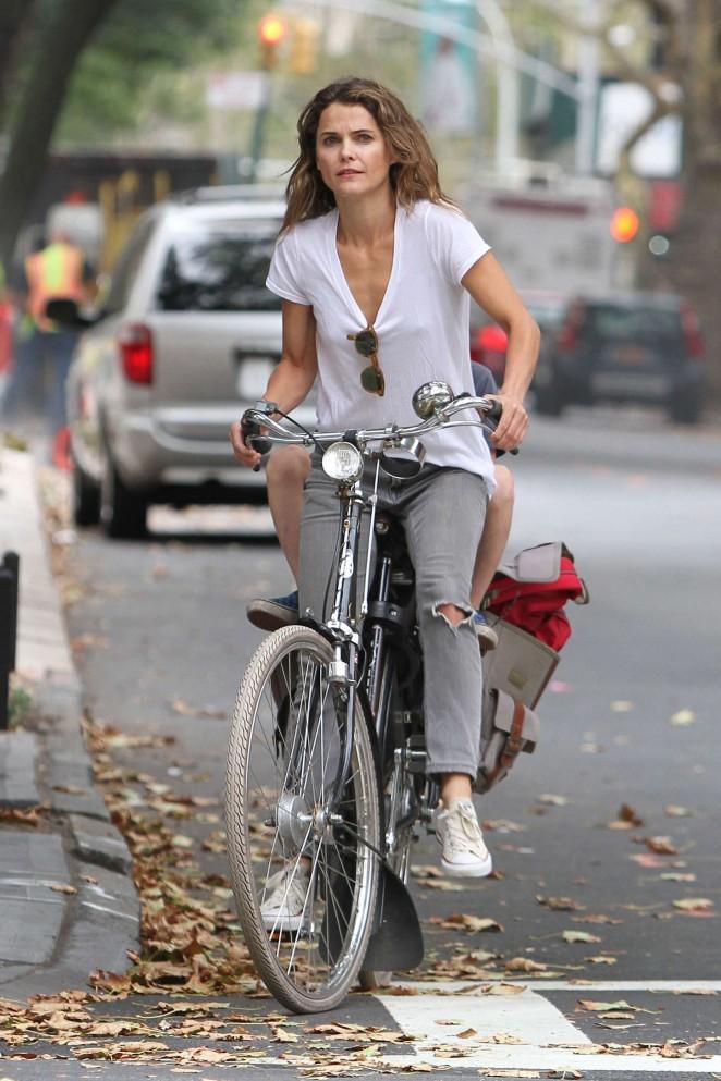 Keri Russell – Riding a Bike -09