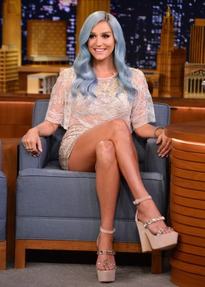 Kesha Shows her awesome legs at Jimmy Fallon