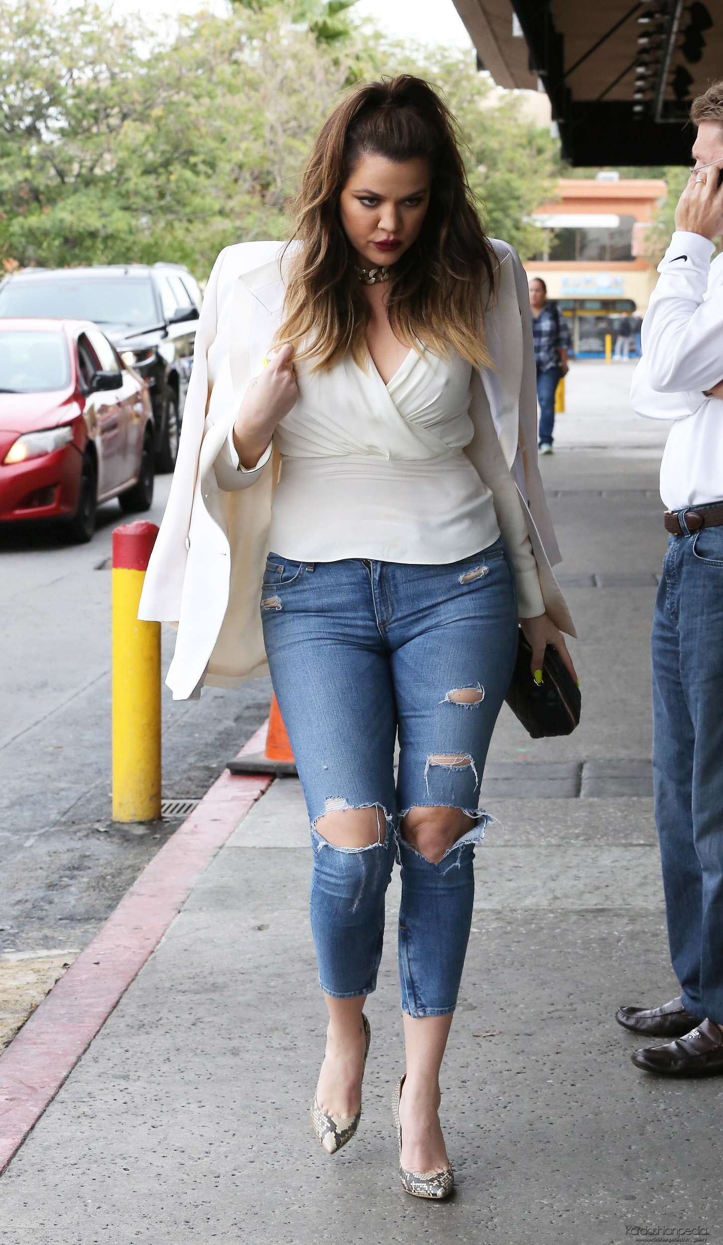 khloe kardashian in tight ripped jeans 04 gotceleb