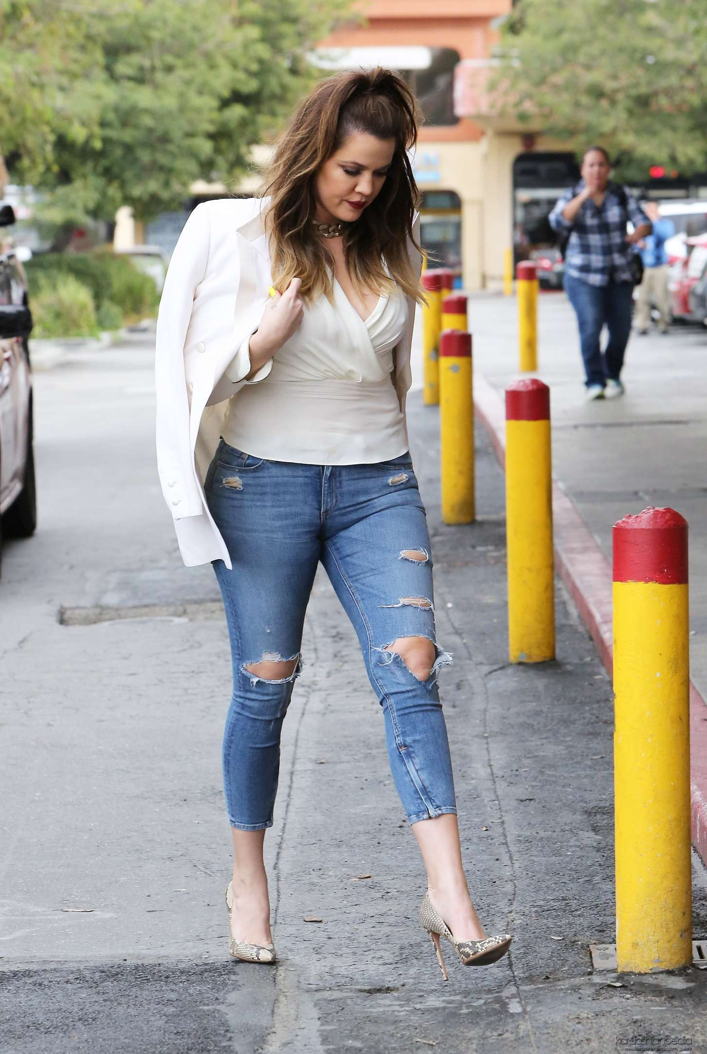 Khloe Kardashian in Tight Ripped Jeans -03 - GotCeleb