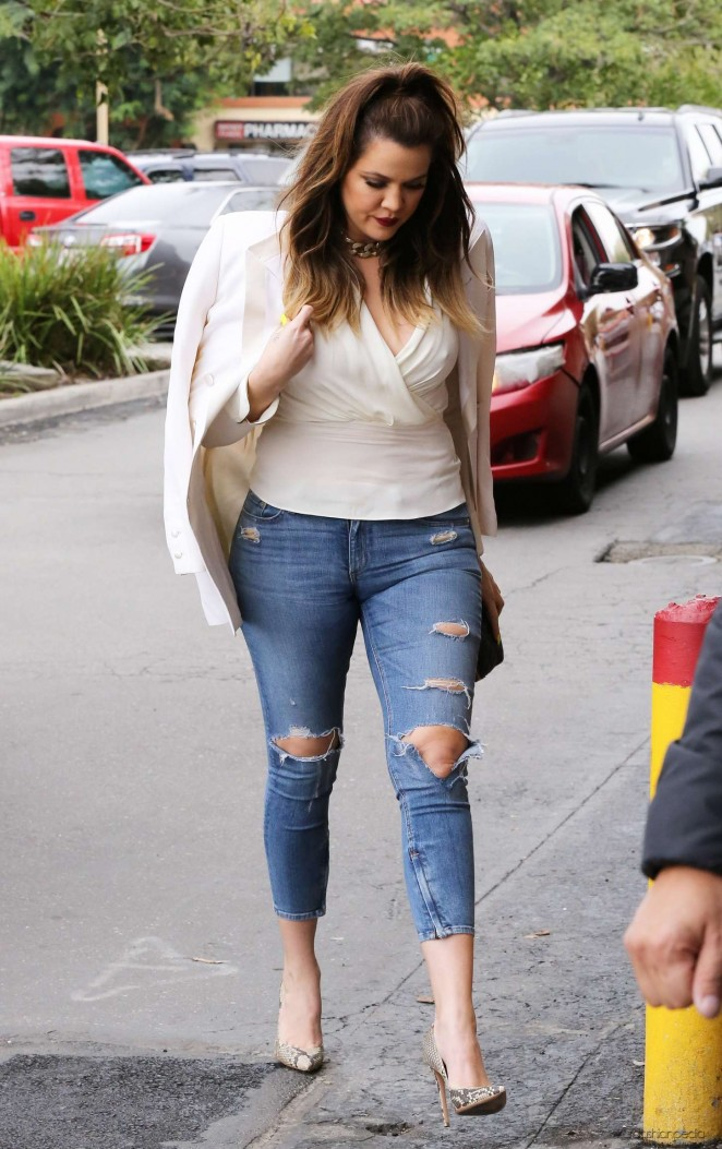 Khloe Kardashian - Arriving at Jerry's Famous Deli in Woodland Hills