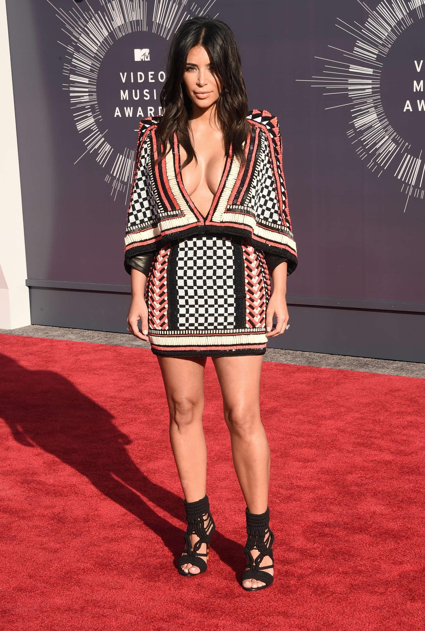 Kim Kardashian porte une robe boléro avec un décolleté plongeant
