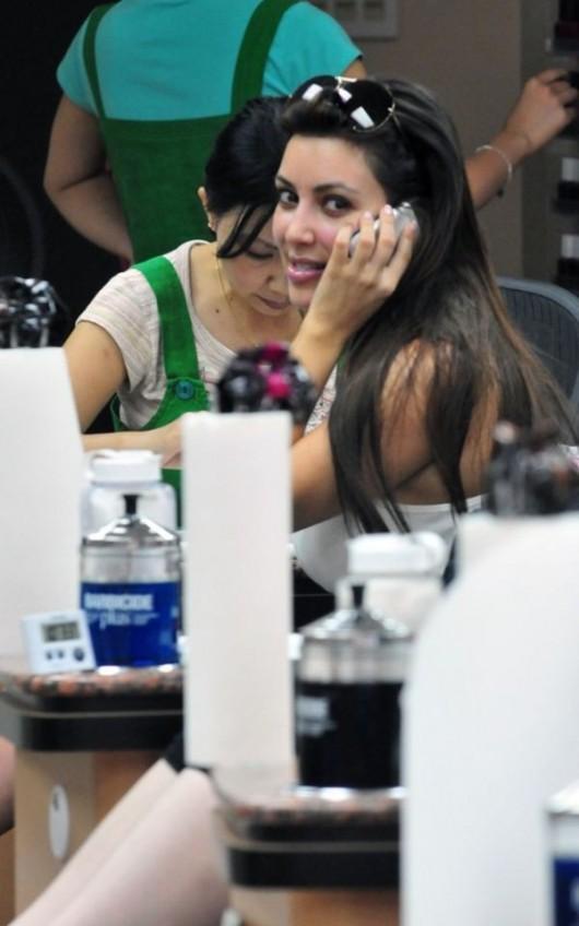 kim-kardashian-at-a-nail-salon-in-la-sep-2010-02 - GotCeleb