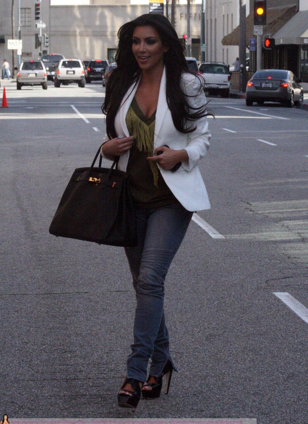 Kim Kardashian 2010 : kim-kardashian-at-lax-airport-in-beverly-hills-01