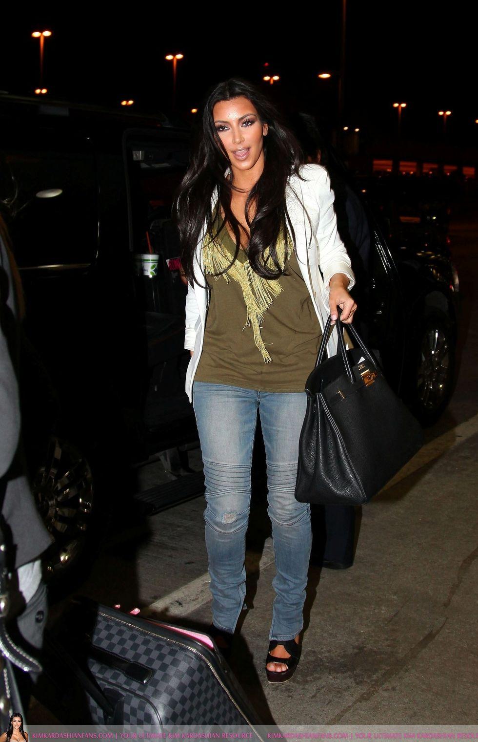 Kim Kardashian 2010 : kim-kardashian-at-lax-airport-in-beverly-hills-06