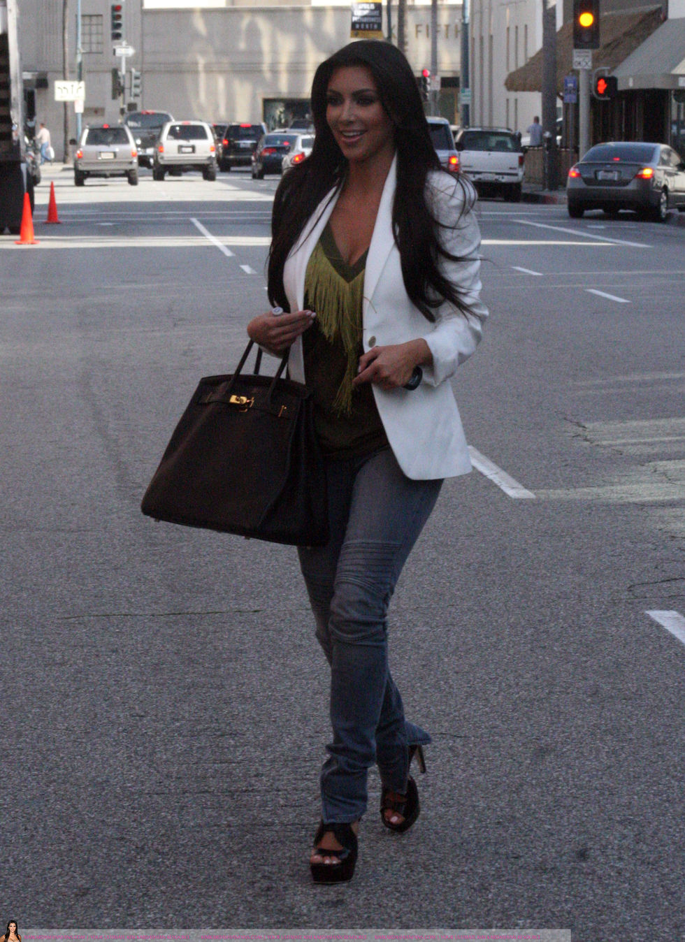 Kim Kardashian 2010 : kim-kardashian-at-lax-airport-in-beverly-hills-07
