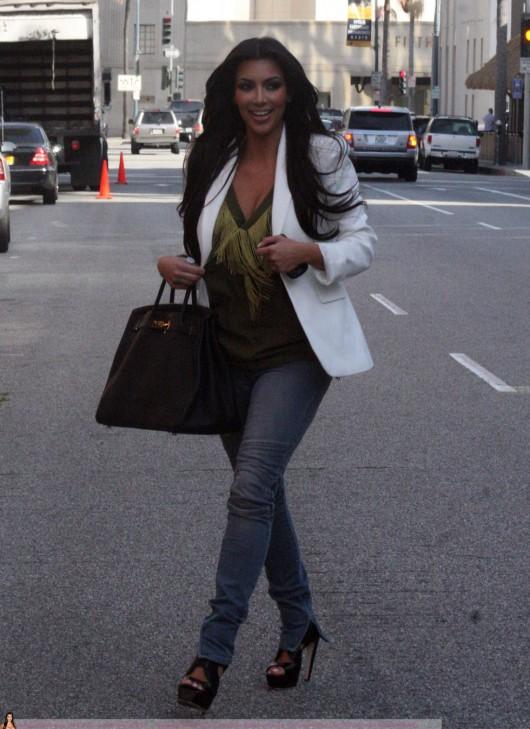 kim-kardashian-at-lax-airport-in-beverly-hills-08