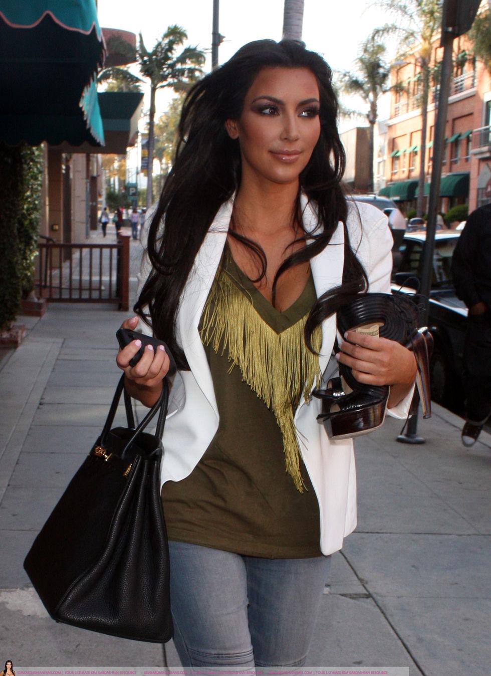 Kim Kardashian 2010 : kim-kardashian-at-lax-airport-in-beverly-hills-13