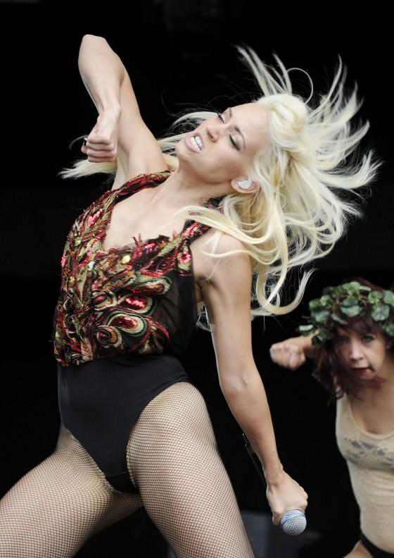kimberly-wyatt-performing-at-leeds-05