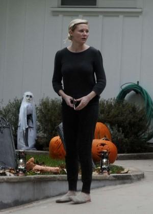 Kirsten Dunst making on her halloween decorations