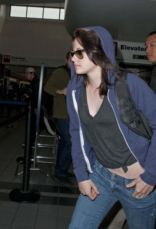 kristen-stewart-in-tight-jeans-at-lax-08